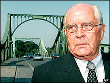 Wolfgang Vogel revisits Berlin's Glienicker bridge in 1997