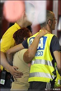 Socorristas asisten a familiares de víctimas de la tragedia de Barajas