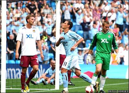 Elano celebrates his second goal