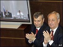 Eduard Kokoity, líder de Osetia del Sur (izq.) y Sergei Bagapsh, líder de Abjasia, aplauden la decisión.