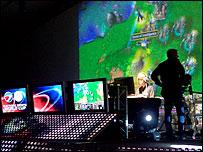 Una pantalla gigante muestra Warcraft 3.