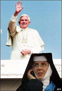 Monja frente a poster del Papa Benedicto XVI (foto de archivo)