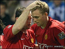Darren Fletcher (right) is congratulated by Wayne Rooney after scoring