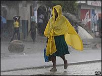 Mujer camina bajo la lluvia en Puerto Príncipe