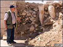 Археолог в нише