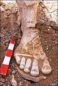 Pie de la estatua de Marco Aurelio en las ruinas de Sagalassos (Copyright: Proyecto de Investigación Arqueológica de Sagalassos)