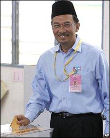 Former Deputy Prime Minister Anwar Ibrahim casts his vote at Permatang Pauh
