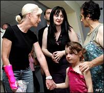 Синди Маккейн (слева) встречается с беженцами в Грузии