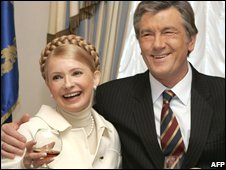 Ukrainian President Viktor Yushchenko (R) celebrating his birthday in Kiev with Prime Minister Yulia Tymoshenko (file image)