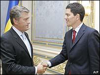الرئيس الأوكراني(يسار) يستقبل ميليباند