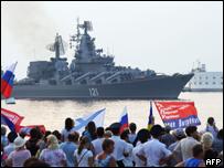 Partidarios de Rusia dan la bienvenida a un buque en la península de Crimea.