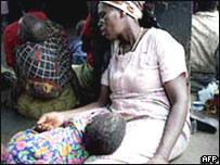 Madre hambrienta en África