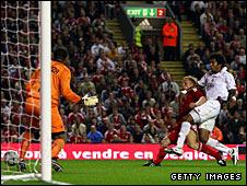 Dirk Kuyt scores Liverpool's winner
