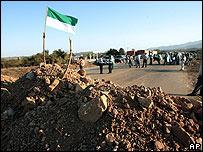 Manifestantes cortando una ruta en Yacuiba, cerca de la frontera de Bolivia con Argentina