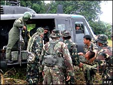 Troops evacuate an injured soldier from Lanao del Norte on 27 August 2008
