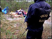 Policía vigila el lugar donde fueron hallados los cadáveres decapitados de 11 personas