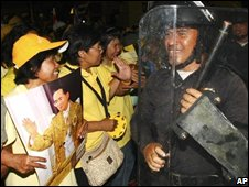 Anti riot police pull out from government house Friday, 29 August 2008, in Bangkok