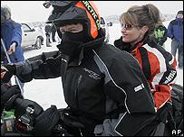 سارة وزوجها على متن سكوتر للسير على الجليد