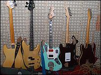 Guitarras del grupo (Foto: Raquel Pérez)