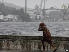 A resident battles against winds caused by Hurricane Gustav in Havana, Cuba (30/08/2008)