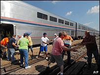 Voluntarios cargan alimentos en un tren que saldrá de Nueva Orleans