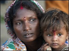 Displaced woman and child in Bihar, India (31 August 2008)