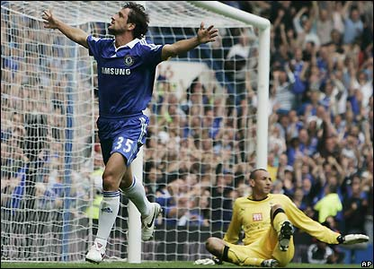 Juliano Belletti celebrates his goal