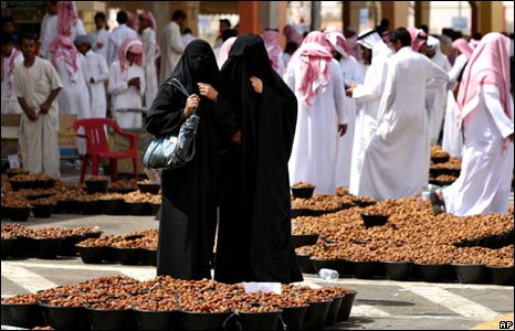 Saudis buy dates in Unayaza market
