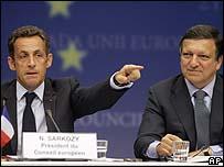 ساركوزي و رئيس المفوضية الأوروبية خوسيه مانويل باروسو