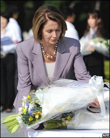 Nancy Pelosi lays a bouquet at the altar for the atomic bomb victims in Hiroshima, 2 September 2008