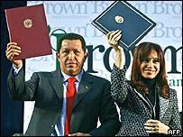 La presidenta argentina, Cristina Fernández, junto a su homólogo venezolano, Hugo Chávez, 4 agosto 2008