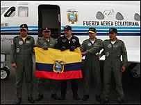 Ronnie Nader con miembros de la Fuerza Aérea Ecuatoriana