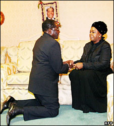 Robert Mugabe kneeling before Maureen Mwanawasa