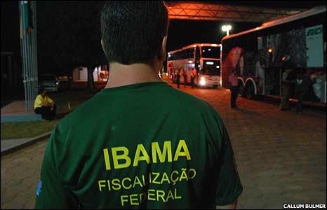 Ibama officer checking vehicles
