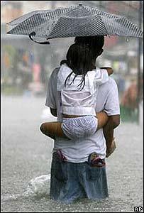 Familia afectada por un tifón