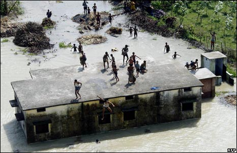 A group of flood-affected wait for rescue in the Madhepura district.