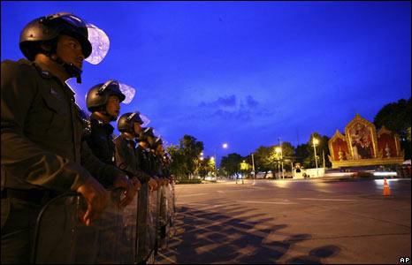 Thai riot police stand outside Government House on 4 September 2008