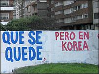 """Frase pintada en una pared que dice: """"Que se quede, pero en Korea""""."""