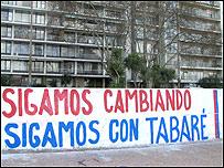 """Frase pintada en una pared que dice: """"Sigamos cambiando. Sigamos con Tabaré""""."""