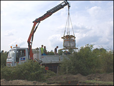 Mammoth skull moved to truck (Lacombat/Mol)