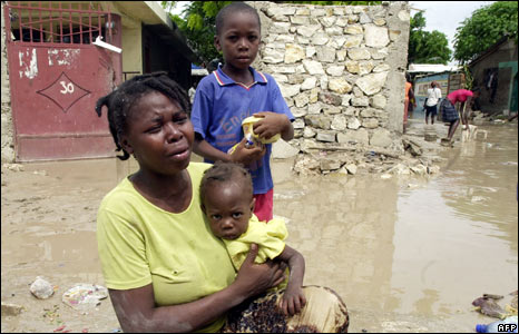 A family in front of their home in Gonaives (05/09/08)