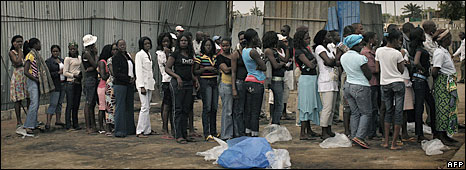 Angolans queue to vote in Luanda, 5 September 2008