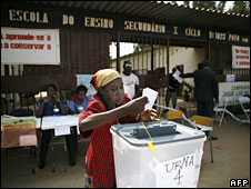 An old Angolan woman casts her vote in the popular distric of Samba, 5 September 2008
