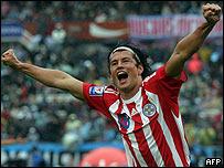 Nelson Haedo festeja el gol en contra de Heinze