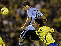El uruguayo Sebasti�n Eguren salta para convertir el gol
