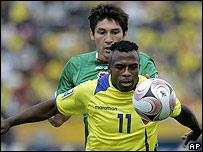 El ecuatoriano Christian Benítez forcejea por la pelota con Ronald Raldes