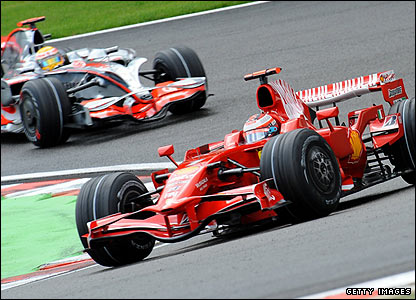 Hamilton starts to gain ground on Raikkonen
