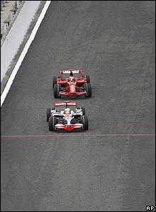 Hamilton sneaks past Raikkonen