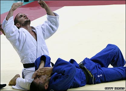 Men's -66kg judo in action