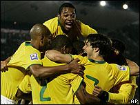 Jugadores brasile�os festejan uno de los goles